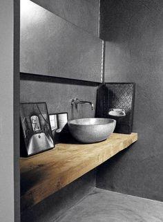 15. DRAMATIKK: Det blir ikke mer drama enn du lager selv. Et bad i betong er både en rimelig, industriell og enkel løsning. Baderomsmøbler i tre skaper en myk kontrast mot den harde betongen. Har du lavt budsjett, kan du også legge betong rett over eksisterende fliser.