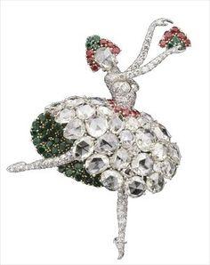 Clip danseuse espagnole, 1941 © DR Van Cleef and Arpels    Réalisée en 1941, cette danseuse en platine serti de diamants, d'émeraudes, de rubis et de saphirs, fait partie des premières créations de la maison sur le thème de la danse. Pour évoquer la souplesse du tissu, son costume joue sur les tailles et les couleurs des pierres précieuses.