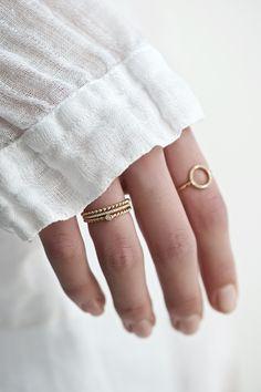 Nachfolgendes Angebot bezieht sich auf einen (1) Ring. Jetzt auch in massiv Gold 750er (18Karat) So süß! Dieser Ring passt einfach zu allem! Perfekt als Stapel- oder Vorsteckring. Aber auch...