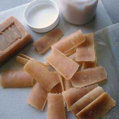Mach Dir mit einem Sparschäler Einmal-Seifenstücke aus einem großen Stück Seife.