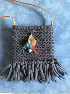 Bolso trapillo con flecos y plumas