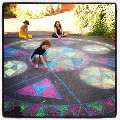Kids colouring a huge Rainbow Mandala Art Therapy Activities, Creative Activities, Yoga For Kids, Diy For Kids, Projects For Kids, Kids Crafts, Childrens Yoga, Sidewalk Chalk Art, World Crafts