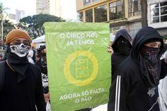 """CIRCO. Manifestantes contra la FIFA bloquean una calle cerca del estadio da Baixada en Curitiba, Brasil el 16 de junio de 2014, mientras se juega el partido entre Irán y Nigeria. El cartel dice """"El..."""