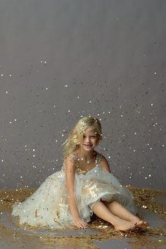 Mit dem Model liegend, schönes Kleid, Glitzerregen von oben