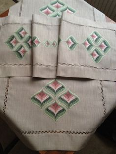 Bargello, Cross Stitch Embroidery, Diy And Crafts, Reusable Tote Bags, Gift Wrapping, Craft, Toilets, Hardanger Embroidery, Embroidery Hoops