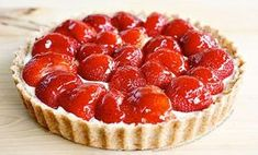 This strawberry lemon tart recipe is the perfect combination of strawberries, rich citrus custard filling and buttery crust. You are going to love it! Low Calorie Desserts, Köstliche Desserts, Delicious Desserts, Spring Desserts, Healthy Desserts, Food Cakes, Tart Recipes, Sweet Recipes, Strawberry Dessert Recipes