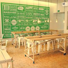 Babanbè ist Vietnamesisch und bedeutet drei Freunde. Namentlich sind das Moritz, Moritz und Paul. 2010 eröffneten sie am Oranienplatz in Kreuzberg das erste Banh Mi Deli Berlins und wurden vom Erfolg förmlich überrannt. Ihre Franco-Vietnamesischen Sandwiches sind seither in aller Munde und so war es zwei Jahre später an der Zeit für eine zweite Filiale in Mitte.