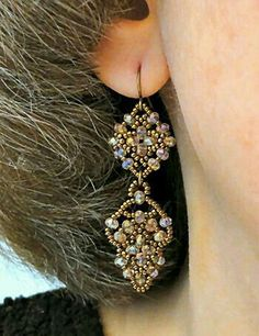 Linda's Crafty Inspirations: Easy Earrings - Crimson - video isn't in English… Beaded Jewelry Designs, Bead Jewellery, Seed Bead Jewelry, Seed Bead Earrings, Jewelry Patterns, Beaded Earrings, Earrings Handmade, Handmade Jewelry, Beaded Bracelets