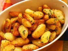 O garnitura rapida pentru orice tip de friptura sunt deliciosii cartofi wedges cu usturoi si patrunjel. Se pot servii si ca atare langa o salata verde sau Raw Vegan Recipes, Healthy Recipes, Tumblr Food, Romanian Food, Cafe Food, Potato Dishes, Food Cravings, Yummy Drinks, Baby Food Recipes