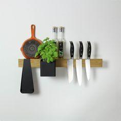 Deze slimme magnetische rail is de basis van een uiterst doordacht opbergsysteem. In zijn eentje is hij een stijlvolle messenmagneet, kookboekstandaard of opbergplank. En met de bijbehorende boxen, bakjes en haken creëer je je eigen flexibele opberger. #messenmagnet #keukenplank #woonaccessoires #gejst #flexrail #byJensen
