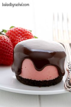 No bake mini strawberry cheesecakes with chocolate ganache. Recipe from @bakedbyrachel