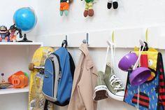 Un perchero armado con ganchos Command. Ordenas y decoras el dormitorio de los niños.