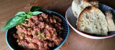 Mandamos el steak tartar de viaje a Italia aliñándolo con aceitunas, tomate deshidratado, albahaca, limón y aceite. Un poco de pan y un cuchillo afilado es todo lo que necesitas para disfrutar de esta receta.
