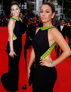 Blanca Suárez ha elegido para la ceremonia de apertura del festival de Cannes un vestido de Giorgio Armani Privé de seda negro con bordados en verde brillante, detalles en amarillo y un pronunciado escote en la espalda. Para sus accesorios también eligió la firma italiana y añadió al look joyas de Chopard.