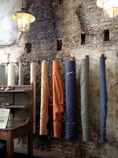 Interieur winkel RAW MATERIALS the home store in Amsterdam is gevestigd in een mooi pand aan de Rozengracht. Zeker een bezoek waard. Laat je hier inspireren Linen Store, Hidden Treasures, Raw Materials, Amsterdam, Inspireren, School, Google, Style, Raw Material