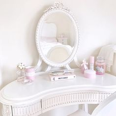 This dressing table is 100% the most perfect piece of furniture I've ever owned 🙌🏼🌸