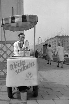 Ice cream stand in Nowa Huta, Poland (PRL). Old Photos, Vintage Photos, Poland Cities, Nostalgia, My Heritage, Warsaw, Childhood Memories, The Past, Old Things