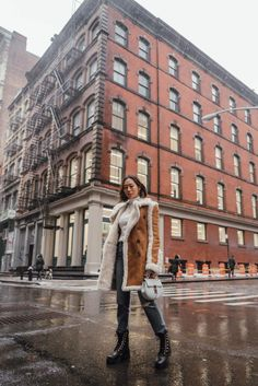 Shearling Coat and Hiking Boots in NYC (Song of Style) Trekking Outfit, Boating Outfit, Teen Leggings, Snowboarding Style, Song Of Style, Stylish Coat, Casual Winter Outfits, Outfit Winter, Shearling Coat