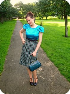 Debi in a sensational outfit. Love the colors, the textures and the shape!