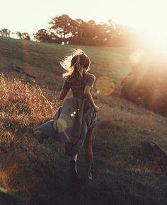 woman running in sunset, photoshoot Shotting Photo, Dark Portrait, Photo Grid, Insta Photo Ideas, Jolie Photo, Summer Photos, Aesthetic Photo, Running Women, Woman Running