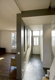 Une galerie d'entrée a été créée, largement ouverte sur la cuisine, le salon et même le jardin par la mise en place dans la perspective de l...