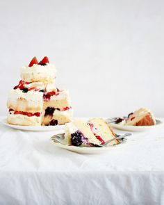 I recently came to the conclusion that any cake looks super exciting when it has cream and...