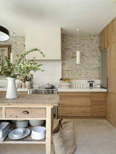 un joli ilot central en bois clair pour la cuisine en chene clair