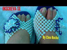 TAMANCO BORDADO EM FORMA ANATÔMICA C/ FLOR DE PÉROLAS by Cleo Rocha - YouTube Beaded Shoes, Beaded Bags, Beaded Jewelry, Beaded Bracelets Tutorial, Earring Tutorial, Decorating Flip Flops, Beaded Crafts, Handmade Beads, Beading Tutorials