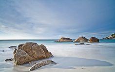 Zomer - Kaapstad kent andere seizoenen dan Nederland. Lees alles over het weer en klimaat in Kaapstad Clifton Beach, Beaches In The World, Most Beautiful Beaches, Cape Town, Ocean, Cliff, Gin, Spirit, Outdoor