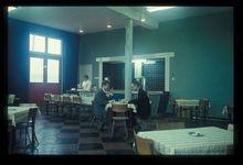 Komgronden, 1961 Beschrijving: De kantine van Verdugt in Tiel. Drs. P. Lindenbergh, de secretaris van de Gelderse Komgronden Commissie in gesprek met de heer van Vreeswijk van Verdugt. 22-3-1961 Foto's (Gelders Archief)
