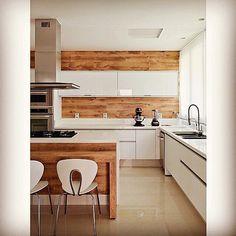 Bom dia com uma linda inspiração de cozinha!!!!  ✔️ Alguns detalhes em madeira deixaram o ambiente mais aconchegante. ✔️ Os armários brancos são ótimos para deixar tudo mais clean. ✔️ Piso claro mas não branco para a cozinha. Usei exatamente esse mix na minha cozinha da casa nova. Quando estiver tudo em ordem posto pra vocês aqui... Gostam?  #casanova #cozinha #inspiracao #decoracao #mixdemateriais #madeira #caseirices #homesweethome #linda #bomdia