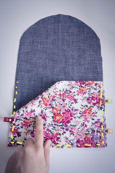 Aujourd'hui, je vous propose de réaliser ensemble la trousse de maquillage ADA : une grande trousse fleurie composée d'un rabat pour ranger vos pinceaux et accessoires. Elle peut s'utiliser de deux manières différentes : ouverte avec le rabat ... Sewing Machine Basics, Sewing Blouses, Couture Sewing, Bag Patterns To Sew, Fabric Bags, Crafty Craft, Thing 1, Diy Fashion, Hand Embroidery