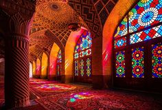 Nasir al-Molk Mosque(ナシル・アル・モルク・モスク): イラン > ガジャール王朝時代の1876年に建設が開始され、1888年に完成した建物。窓がステンドグラスになっているため、光が差し込むと虹色の光がモスクの内部を彩ります。