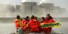 Activistas de Greenpeace en una la protesta en la Central Nuclear de Almaraz. EFE/Santi Burgos