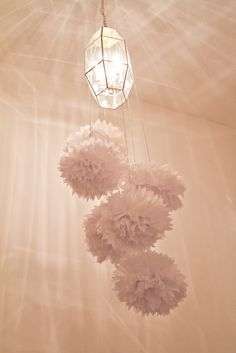 Pompones quedan bien en casi cualquier espacio! / Pompoms add a festive touch to just about any space!