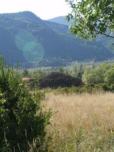 Gran túmulo-espedregal de San Cristóbal recalzado en parte de su perímetro con murete de obra a piedra seca. Por su tamaño, se sospecha que oculte algún elemento megalítco de importancia. Su altura es de unos cinco metros sobre el terreno.