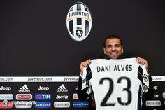 Dani Alves é apresentado no Juve e escolhe camisa 23 por LeBron James #globoesporte