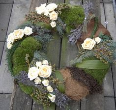 modern fehér rózsa koszorú (50cm) Art Floral Noel, Arte Floral, Grave Decorations, Flower Decorations, Remembrance Flowers, Moss Wreath, Christmas Wreaths, Christmas Decorations, Garden Workshops