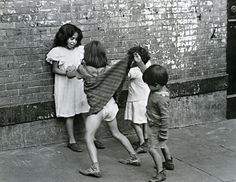 new york | boy lifting girl's skirt | foto: helen levitt