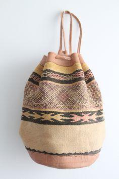 mochila confeccionada a mano con tela bereber vintage de tipo kilim y cuero. dar amïna shop