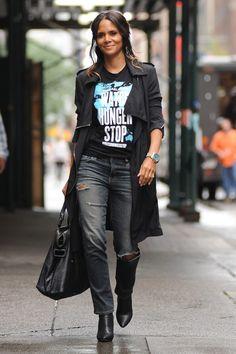 Halle Berry unterstützt mit einem lässigen Streetstyle die #watchhungerstop Kampagne von Michael Kors. Mehr Looks des Tages gibt es bei ICON http://www.welt.de/icon/article124496720/Halle-Berry-in-Michael-Kors.html