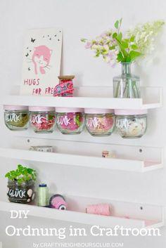 Upcycling Idee für den Craftroom: Wie du aus alten Marmeladegläsern ein tolles Aufbewahrungs-Regal bauen kannst. Ikea Hack für das Bastelzimmer