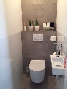 Vloertegels cm Ares Gris in de toilet Toilet Room Decor, Small Toilet Room, New Toilet, Cloakroom Toilet Downstairs Loo, Bathroom Under Stairs, Small Bathroom Storage, Bathroom Design Small, Toilet Design, Bathroom Toilets