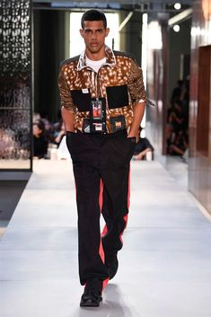 Burberry Spring 2019 Ready-to-Wear Fashion Show Collection: See the complete Burberry Spring 2019 Ready-to-Wear collection. Look 103 Men's Fashion, High Fashion, Autumn Fashion, Fashion Trends, Fashion Spring, Fashion Boots, Burberry Print, Burberry Men, Burberry Prorsum