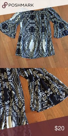 Beautiful black & white tunic Black and white tunic with flared sleeves. Bought on Poshmark and never worn- doesn't quite agree with my complexion! In perfect condition. Tops Tunics