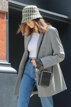 kaia gerber steps out wearing prada bucket hat in new york Cool Outfits, Fashion Outfits, Womens Fashion, Fashion Ideas, Kaia Gerber, Look Star, 70s Inspired Fashion, St Style, Layering Outfits