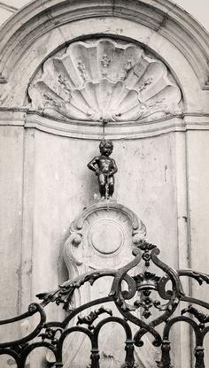 Le Manneken-Pis, est une statue en bronze d'une cinquantaine de centimètres. Elle est située au cœur de Bruxelles, dans le quartier Saint-Jacques, à deux pas de la Grand-Place. Cette statue est le symbole de l'indépendance d'esprit des Bruxellois.