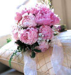 Ideas para ramos de novia en primavera: Un ramo romántico y dulce con peonias rosas y nube