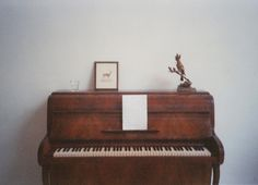 Minimalist Living Space with Bare Walls and Small Vintage Piano Twilight, Baby Face, Tifa Lockhart, Music Aesthetic, Humble Abode, Decoration, Instruments, Aesthetics, Piano Music