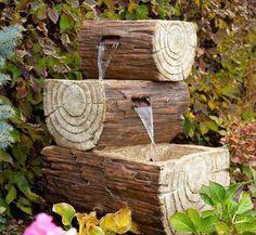 fuende de agua con troncos
